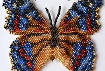 Motyle szydełkowe i koralikowe.