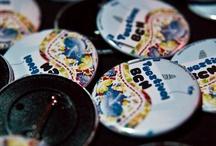 Productos Chapea / Chapea.com - Regalos de Empresa: Especialistas en Chapas, Chapas personalizadas, tazas publicitarias, venta de llaveros, camisetas personalizadas, máquinas para hacer chapas, camisetas baratas, imanes,  productos personalizados, productos promocionales para empresas y particulares.