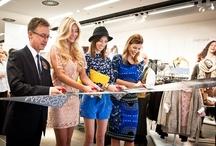 M&S - Ola Kisio i Rosie Huntington -Whiteley  / Ola Kisio i Rosie Huntington-Whiteley w sukience Marks & Spencer z linii Autograph, kolekcja jesień/zima 2012, dostępna w całej Polsce