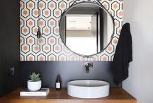 Papel de parede no banheiro / Prático e econômico, o papel de parede no banheiro é ideal para quem busca uma mudança no acabamento das paredes do banheiro!
