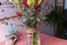 Vazen & Schalen / Vazen, flessen en schalen heb je nooit genoeg en kun je eindeloos mixen en matchen in jouw interieur en exterieur. Zet eens verschillende vazen en flessen bij elkaar voor een speels effect. Denk er eens aan om verzameling cactussen in een schaal te doen of zand en kaarsen. Deze woondecoratie is onmisbaar in ieder interieur!