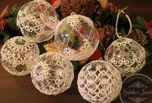 karácsonyi gömbökre tűcsipkével