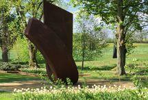 Le Jardin de Muñi / Un jardin constitué de trois ronds dans lesquels se trouvent des sculptures. Ces derniers sont entourés de centaines de tulipes blanches