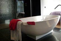 Salle de bains dans une suite parentale à Royan / Réalisation d'une salle de bains dans une suite parentale avec baignoire, douche à l'italienne, mobilier sur mesure.