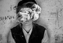 Living Hackney! / Dva světy, které žijí v prapodivné symbióze vedle sebe a dělají snad, že ani jeden nejsou. Přetvářka kličkuje ulicemi a občas si ji nechtěně odneseme domů zavátou pod kabátem.Touha uchopit život tak, aby námi opravdu prostupoval.
