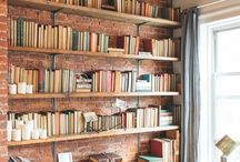 """Espace de lecture / Nous avons tous chez nous, des endroits """"perdus"""". Soit exigus, soit étroits ou encore trop hauts.  Une solution existe, y créer et y ranger votre bibliothèque personnelle. Afin de donner une fonction assumée à ces espaces parfois oubliés ou pas aimés. Retrouvez nous sur https://www.architecte-et-paysagiste.fr"""