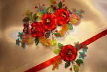 Tika-virág Egyedi esküvői kellékek / Egyedi készítésű esküvői kellékek, az esküvőd színeihez igazodva és harmonizálva készítjük el! Igyekszünk minden évben az aktuális esküvői trendek színeit figyelembe venni, ami minden évben más és más!  Munkáink mind egy-egy esküvőt díszítettek a kért színekben, ezért a nagy paletta és színválaszték. Legyen az bármi tervezd meg, mond el nekünk és mi legjobb tudásunk szerint elkészítjük neked olyanra amilyenre szeretnéd!  Látogass el webáruházunkba: http://tika-virag.hu/fooldal