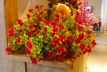 kunstbloemen / kunst bloemen Stylen met bloemen! Geluk zit in een klein hoekje: met wat bloemen – levend of van stof – geef je je huis in een oogwenk dat sprankelende voorjaarsgevoel.