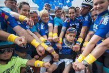 """Mapei Tour de Zalakaros 2016 / Több mint ezerötszáz induló vett részt a Mapei Tour de Zalakaros kerékpáros versenyen. A nap hőse Zalka Noel, aki a Mapei csapat tagjaként egy speciális kerékpárral, visziklivel teljesítette a 33 kilométeres családi távot.  """"Fantasztikus élmény volt, hogy megoszthattuk a verseny élményét Noellal. Ugyanakkor szerettünk volna segíteni és felhívni a figyelmet az agysérülést szenvedett gyermekeket segítő Kis Túlélő Alapítvány munkájára"""" – mondta Markovich Béla a Mapei Kft. ügyvezetője."""
