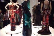 A The Style Guide en la presentación de Jean Paul Gaultier en Brooklyn Museum  / El enfant terrible de la moda, Jean Paul Gaultier, presenta en Brooklyn Museum una asombrosa exhibición de 140 ensambles, combinando sus creaciones de couture y prêt-à-porter dentro de un innovador montaje.