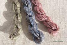 красит нитки и ткань