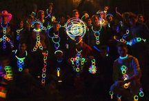 FIESTAS LUMINOSAS / Las fiestas ya no son lo mismo sin productos luminosos. Hazte con pulseras luminosas o gafas fluorescentes para activar a la gente y conseguir horas y horas de diversión.