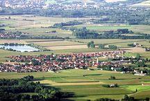 Markt Hartkirchen / Hartkirchen liegt in der Pockinger Heide an der Staatsstraße 2110 etwa vier Kilometer östlich von Pocking und mit 2 km Entfernung in unmittelbarer Nähe des Inns. Es liegt etwa 22 km südlich von Passau, 38 km östlich von Pfarrkirchen, 8 km Inn aufwärts vom österreichischen Schärding und 35 km nordöstlich von Simbach am Inn. Die Rott fließt in etwa 6 km nördlich von Hartkirchen in den Inn.
