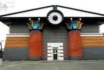 John Outram / John Outram - brytyjski architekt, tworzący od 1973 roku. Wprowadził szósty porządek w architekturze.