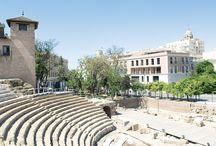 Málaga / Málaga, donde nunca es invierno, milenaria y cosmopolita en el pasado, conserva intactas sus raíces históricas. Hoy convertida en primera potencia de la industria turística andaluza, mantiene viva su tradición de tierra acogedora y creativa.