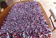 Alfombra trapillo / Alfombra confeccionada,sobre una tela metálica de plástico de jardinería