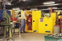 Szafy zabezpieczające / Specjalnie zaprojektowane szafy zabezpieczające chronią ludzi i mienie przed pożarem spowodowanym przez substancje lotne, paliwa płynne, rozpuszczalniki i inne chemikalia. Zapewniają bezpieczne magazynowanie materiałów łatwopalnych i korozyjnych, w celu redukcji zagrożenia pożarowego, ochrony personelu i mienia.