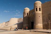 Orașe cetăți / Oraşele cetăţi au fost construite în Evul Mediu pentru a asigura protecţia locuitorilor lor. Acestea sunt definite de zidurile groase, ce le înconjoară, şi de cele câteva porţi imense de acces. Ce poate fi mai fascinant decât atât?