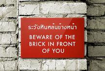 Morsomme skilt i Thailand / Ikke alle har like gode ferdigheter i engelsk, og ofte kan det gå riktig galt når de skal lage skilt for å informere i Thailand. Her har vi samlet noen bilder vi har tatt selv, og noen bilder fra internet.