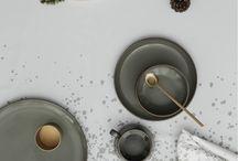 Middagen er servert. / Alt du trenger for å dekke et flott bord; uansett om det er en duk, spisebrikker, servietter eller servise