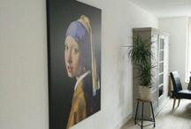 """Schilderij meisje met de Parel / Vermeer was een van de bekwaamste schilders uit de Gouden Eeuw. De belangstelling voor de schilderijen is nog steeds enorm en vele hebben interesse in het schilderij """"Meisje met Paarlen Oorhangers"""" in de volksmond het meisje met de parel"""