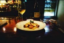 キノコと白ワイン。人生の歓びの15%くらいはここにある。 yummy!  #nightlife #bar #mushroom #glassofwine #バー #キノコ写真