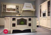 Cocina Ducale de exposición / La atmósfera tradicional marca esta cocina. Ducale es una cocina en donde se valoriza el diseño y el espesor de la puerta en lacado patinado.