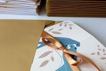 Zakochane jaskółki / zaproszenia  http://minwedding.pl/blog/?p=1930  kolory: złoty, biały, kremowy motyw przewodni: jaskółki  projekt, wykonanie, zdjęcia: minwedding