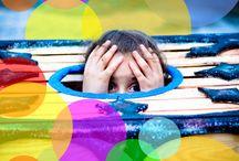 """Bajka terapeutyczna """"Dziewczynka-skrzynka"""" warsztaty z Grażyną Hanaf / Czego dzieci uczą się na spotkaniu z bajką o najbardziej strachliwej dziewczynce na świecie? Odróżniania strachu, który nas chroni od lęków, które nas ograniczają tak jak niewygodna skrzynka-schronienie bajkowej postaci. Dzieci odkrywają też, że nasze ciało reaguje na emocje i strach manifestuje się poprzez ból brzucha, gęsią skórkę lub pocące się dłoni. Mogą wymienić się swoimi lękami i zaobserwować, że lękamy się podobnych rzeczy lub wręcz odwrotnie, nie boimy się tego samego."""