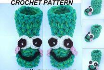 crochet slippers, frogs