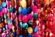 Pierres semi-précieuses / Êtes-vous plutôt Œil de Tigre ou Lapis-lazuli ? Plutôt Turquoise ou Corail ? Cristal de Roche ou Agate ? Un grand choix de pierres semi-précieuses vous attend en magasin et sur www.grossiste-toulouse.com !  Vente en gros et au detail, pierres rondes de 4 à 12mm Ø !!! Pierre ovales pour ravir nos créatrices... Idéales pour la Litho-thérapie ou l'ésotérisme !!!  Le seul grossiste bijoux OUVERT à tous du lundi au samedi de 9h30 à 19h NON STOP !!!