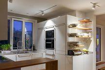 Gutes Licht in der Küche / Die Küche ist heutzutage viel mehr als einfach nur ein Ort zum Kochen und Backen – hier wird gearbeitet, gegessen, gefeiert oder entspannt. Bei so vielen Möglichkeiten sind die Anforderungen an gutes Licht natürlich sehr komplex.