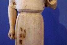 Max og Martin - Perspektivering / Vælg 4 skulpturer, der hver især skal perspektiveres til 4 efterantikke statuer. Der skal være både en mand og en kvinde, gerne en skulptur-gruppe, et relief og også gerne en rytterstatue. Ikke alle 4 skulpturer må være stående.  De 4 skulpturer skal dække de 4 antikke kunsthistoriske perioder (arkaisk, klassisk, hellenistisk og romersk tid).
