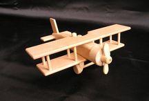 Flugzeuge, Doppeldecker Holzspielzeug für Kinder / Das hochwertige Holzspielzeug ist aus massivem und widerstandsfähigem Buchenholz gefertigt. Die Oberfläche ist eingewachst und poliert. Qualitätsvolle Klebestoffe garantieren die höchstfeste Verbindung von Einzelteilen. Mobile Spielzeugteile machen Kindern Spaß.