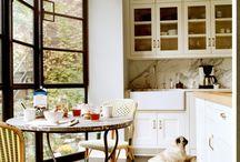 Кухни для жизни / Подобно тому, как театр начинается с вешалки, квартира начинается с кухни. Так уж повелось, что именно на кухне мы проводим значительную часть нашей жизни… Именно на кухне очень важно создать уют, как для наших творческих порывов превратиться в шеф-повара, так и для семейных посиделок.