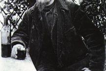 Montmartre et la musique / Aristide Bruant a rendu célèbre la Butte par ses complaintes. Puis Edith Piaf, Aznavour et les cabarets de Montmartre étaient l'épicentre de la création musicale. Aujourd'hui le Divan du Monde, la Cigale, le Trianon sont toujours les temples de la musique.