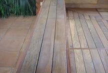 Pérgola de madera natural y asientos en exteriores de una terraza de Llavaneras