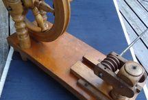 A tabele spinning wheel from 18th century /  sogenannte Tischspinnräder, die im 18.jahrh. meist in adligen Kreisen üblich waren.