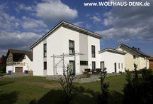 Wolfhaus Denk Einfamilienhaus mit versetztem Satteldach