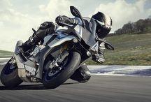 Мотоцикл YZF-R1 - это специальная гоночная версия нового R1 / YZF-R1M – это специальная гоночная версия нового R1, оснащенная передовыми заводскими технологиями. С ним каждый гонщик и любитель смогут раскрыть свой истинный потенциал.