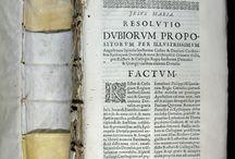 Volum factici d'impresos juridics majoritàriament barcelonins publicats entre el 1611 i el 1638 / Els convents acostumaven a relligar en gruixuts volums in-quarto o in-folio els impresos de caràcter efímer que formaven part de les seves biblioteques. Sovint compten amb un sumari manuscrit del seu contingut, que pot apropar-se al centenar de documents. D'aquesta manera, oratoris, villancets, sermons, relacions de successos (de festes, naixements i òbits de personatges il·lustres, fets insòlits, guerres i setges), memorials i al·legacions, s'han pogut conservar i arribar fins als nostres dies.