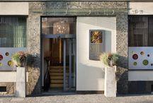 """Soleil BoutiqueHôtel / Do cech charakterystycznych hoteli butikowych należą niespotykanie rozwiązania architektoniczne, dbałość o szczegóły oraz kameralna atmosfera pozwalająca Gościom """"czuć się jak w domu z dala od domu"""". Grupą docelową są osoby ceniące sobie kameralną atmosferę, spokój i elegancje, dla których ważny jest wysoki standard i oryginalność. W Polsce istnieje dwadzieścia kilka hoteli butikowych, a wśród nich prawdziwy skarb jakim jest Soleil BoutiqueHôtel w Sopocie."""