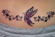 Tatouages femme papillons fleurs