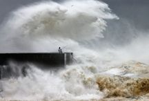 Huge Storm Waves Amost Swallow People in Portugal / Huge Storm Waves Amost Swallow People in Portugal