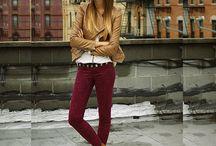 calça bordô e jaqueta camel