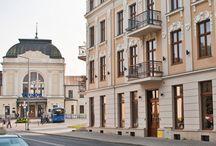 Tarnów - Hotel Gal / Zdjęcia hotelu z zewnątrz. Na zdjęciach widać odrestaurowaną zabytkową kamienice, w której mieści się hotel Gal. Świetnie ukazana jest również lokalizacja hotelu, między dworcem PKP a PKS w Tarnowie.