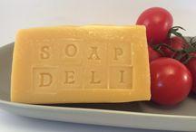 Mydełka Soap Deli / Mydła tylko na dobrych składnikach. Oliwa z oliwek, olej kokosowy, masło shea i olej rycynowy. Dodatki to pulpy i soki warzywne oraz kawa.