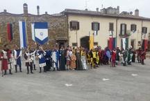 """Il Sarapino: il Saracino con l'Ape / Il Sarapino è una rievocazione di una manifestazione che gli abitanti di Civitella facevano negli anni '50, imitando ironicamente la celebre """" Giostra del Saracino """" di Arezzo, senza una vera e propria gara tra Rioni ma con tanta goliardia i partecipanti si lanciavano contro un Buratto artigianale in """"sella"""" ad un """"cavallo moderno"""": un'Ape Piaggio. Oggi viene riproposto. Costumi di Hylozoic*A"""