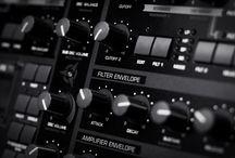 Thiết bị cơ bản để sản xuất âm nhạc tại nhà. / Chắc hẳn nhiều người nghe nhạc sẽ thắc mắc không biết bản nhạc của họ được làm ra từ đâu để có thể sản xuất ra đĩa CD hoặc phát hành trên Internet, và hiển nhiên là câu trả lời là chúng được sản xuất từ phòng thu (studio), nhưng trong đó có những gì để tạo ra một bản nhạc? Hôm nay ADAM Muzic sẽ giới thiệu cho các bạn các thiết bị cơ bản để có thể làm nhạc.