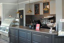 Caféavdelningen / Så här ser det ut på Café Kronans entréplan. Inredningen är inspirerad av tidigt 1900-tal.